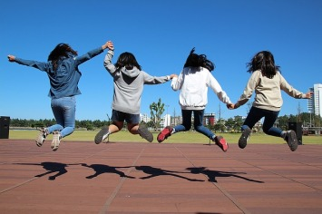 girls-jumping-small-run-1321278_640