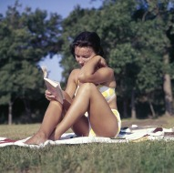 people-2595729_640 reading in a bikini